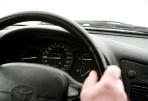 En man från Falun har åtalats misstänkt för flera brott, bland annat två bilstölder i Falun. Vid den ena bilstölden ska mannen ha hotat bilägaren med kniv. Bilden är tagen i ett annat sammanhang.