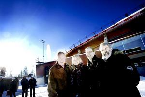 Anders Berglund, Maya Olsson, Lars Skoglund och Åke Björänge har fullt upp med planerna för invigningen av Göransson Arena. Tomas Ledin och Malena Ernman uppträder, och arenan ska högtidligt lämnas över från stiftelserna till Sandvikens kommun.