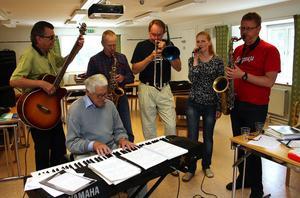 P O Jönis, Gunnar Hallin, Ulf Lindsjö, Ulf Johansson Werre, Åsa Emtelin och Olof Söderdahl repar inför kvällens konsert.