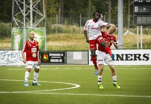 Luftduell mellan Olle Hallström och gästernas svårfångade forward Justice Tetteh Komey.