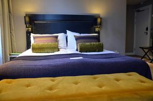 Clarion Collection Hotel Grand. Rummen har högt till tak och den som gillar många kuddar i stora sängar lär inte bli besviken.