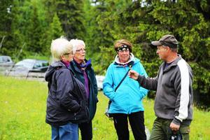 Stefan Olander, botanist, visar en ängsskallra för Lena Evaldsson, Mona Modén och Lillian Jonsson.