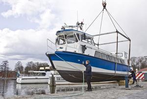 Klart för drabbning! Med ett stillsamt plopp hamnade M/S Sunnanvind på rätt köl i Mälaren. På fredag drar årets säsong för turbåtarna i Västerås igång. FOTO: PETER JASLIN