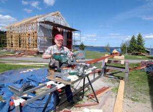 Drygt ett år efter den förödande branden i Mållångstuga har ägaren Göte Röst snart byggt upp det nerbrunna huset och ladugården.