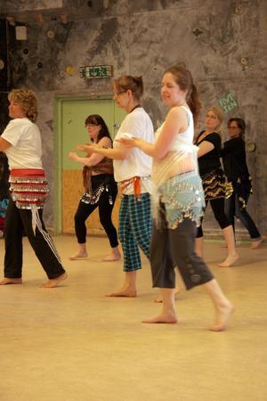 Höftsjalarna som deltagarna fick låna förstärkte dansens rörelser.
