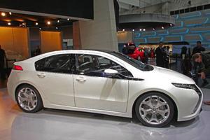 Opel Ampera är en elbil som tar hjälp av en bensindriven generator för att ladda batterierna när de tar slut. Ampera kan köras på enbart batterier  i sex mil men tack vare generatorn tar sig bilen ytterligare 50 mil innan tankning.