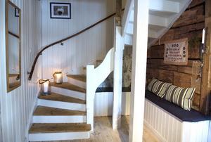 Hallen är inbjudande och de platsbyggda bänkarna har Fredrik byggt.