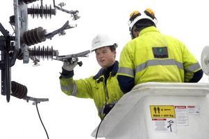 Anders Johansson och Rune Alvin känner sig säkra med det nya arbetssättet när de byter isolatorer. Korgen är dubbelt isolerad och strömmen bortkopplad före stolpe