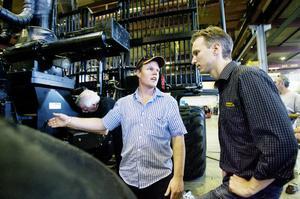Bradley Mitchell pratar skördare med Pontus Linderholm. Far och son Mitchell har redan en Eco Log-maskin, som gått 6000 timmar. Inom ett år köper man en ny.– Det är den bästa vi har, säger Bradley Mitchell.
