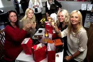 Alexandra Lundgren, Emma Öqvist, Frida Lönngren och Annica Dammbro skålade och njöt av kvällen. Och samtliga var ute i så god tid att de belönades med varsin goodiebag fylld med rabatter, erbjudanden och produkter.