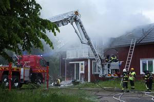 Huset på Väddö gick inte att rädda utan brann ned till grunden. Nu har mannen som misstänktes för att ha tänt på friats av tingsrätten.