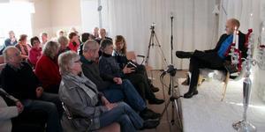 """Ett 50-tal personer hade bänkat sig för att höra författaren Peter Lucas Erixon högläsa ur sin bok """"Silversnöret"""" i Ulriksfors i lördags."""