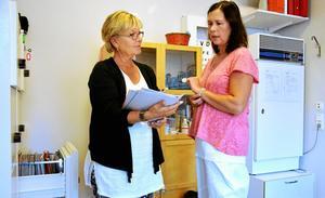 Nyrekrytering. Susanne Andersson introducerar Anette Sundin som ska ta över som skolsköterska på Fröviskolan.