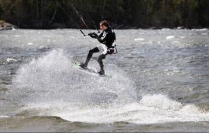 Isande vindar drog in över Västbyviken då Simon jaktlund dansade fram på vågtopparna med sin kite.