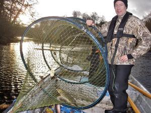 Mattias Forsmark från Länsstyrelsen och jag hjälps åt med fisket efter sik i Testeboån. Två ålar och en gädda fick vi i ryssjorna igår. Men ingen sik.