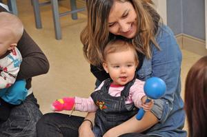 ROLIGT. Ellie Gustafsson, elva månader, håller takten under sångstunden. Här tillsammans med mamma Daniella Gustafsson.