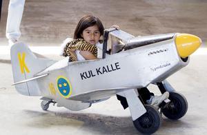 Kul Kalle. Maria Sidenström, 4 år, tog sig en tur i trampflygplanet Kul Kalle inne i utställningshallen.
