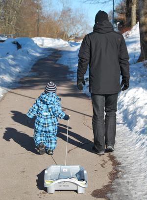 En härlig vårvinterdag - kan inte annat än vara lycklig! Bilden fångar tre härliga skäl - våren är på gång! Min man! Min tvååriga son Arvid som väldigt gärna ville åka pulka - vilket vårsolen bitvis gjorde lite svårt. Men vad gör det en dag i början av mars när solen skiner?