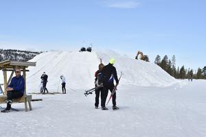 Snön finns på Idre Fjäll och där finns också snöhögarna klara som ska öppna för tidigt skidåkning nästa vinter.