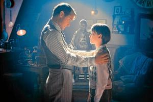 """Far och son. Hugos pappa (Jude Law) försökte restaurera en liten robot innan han dog, i """"Hugo Cabret"""" av Martin Scorsese."""