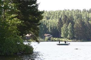 Flera båtar fanns med i sökandet på Ösjön i området där den 10-åriga flickan försvann efter att båten hon åkte i kört på en sten..