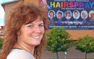 Stina-Kari Axelsson samlar stora delar av Hairsprayensemblen till ett nytt arrangemang. Foto: Kent Olsson/DT