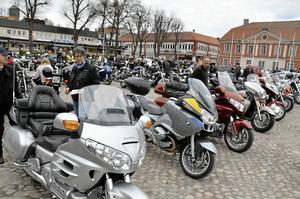 Torget i Askersund fylldes under för undan av motorcyklar av alla de slag på Valborgsmässoaftonens kväll.