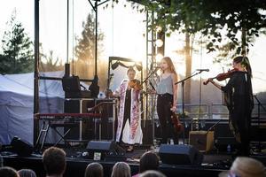 Samantha Ohlanders spelade tillsammans med sitt band Beata Bermuda.
