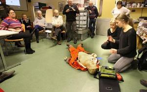 Ellinor Nordquist och Sofia Gustafsson visade hur man gör hjärt-lungräddning och hur man använder hjärtstartaren. Foto: Curt Kvicker