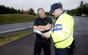 Fel, fel och fel. Tommy Roos visar protokollet för föraren Jan Wingstedt.