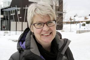 Ann-Marie Johansson (S) delar ut beröm åt personalen på hälsocentralerna.
