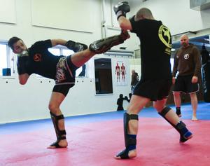 Joakim Hagen och Andreas Söderberg tränar mot varandra. I bakgrunden står Daniel Hansson och peppar.