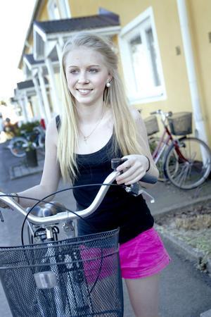 """glad. Louise Eliasson och hennes grannar på Rönnvägen i Fridhem blev överraskade när deras stulna cyklar på söndagen kom tillrätta sedan polisen gripit cykeltjuvarna. """"Vi hade börjat prata om att jag kanske kunde få låna en cykel av en släkting, för jag tänkte inte att jag skulle få tillbaka den precis"""", säger hon."""