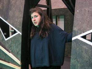 Marie Nikazm Bakken i det kattansikte som ingår i scenografin.