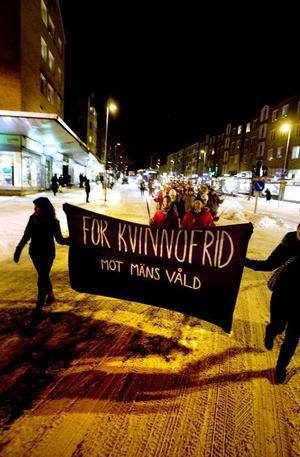 mot kvinnovåld. I snitt söker fem kvinnor per vecka hjälp hos kvinnojouren i Gävle.