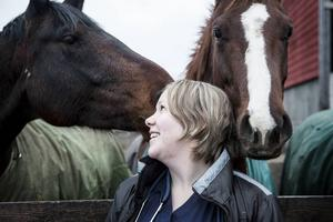 Hästar har alltid haft en stor plats i Carolines liv. De betyder mycket för henne.   – Det är avkoppling. Att känna sig hemma och tillfreds med hästarna. Man kan alltid gå till stallet och koppla av.