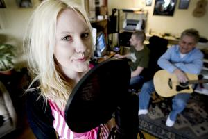 """optimistisk trio. """"Du är för ung, kom tillbaka nästa år"""", sa Laila Bagge när Jennie Jonsson deltog i Idol-tävlingens uttagning i Stockholm förra året. I stället tackade Jennie ja till en musikagentur i Gävle. Den är så ny att den saknar namn. Männen bakom agenturen är far och son Matte och Mikael Lindblom."""