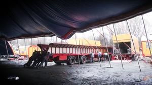 Cirkusen byggs upp inför varje besök.
