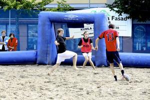 Ingen sand i skorna. Barfota- eller strumplästspel var modellen under Kumladagens beachfotbollturnering. Bild: JAN WIJK