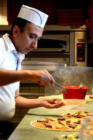 Nevzat Gümüs har bland annat valt lokalt producerad biff, fetaost och rökt kotlettrad till den vinnande pizzan Dalagård.