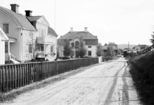 Den kände handlaren på Norr Ruben Lindén (huset till vänster) och byggmästaren Olof Johansson (huset till höger) bodde i de här husen på sin tid.