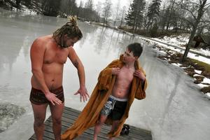 Jim Nyberg och Svante Eriksson ratar bastun i samband med doppen i isvaken.