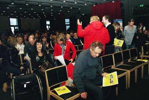 Många deltog i gårdagens Åredag där stämningen var övervägande positiv, trots lågkonjunktur och klimathot. Ute vräkte snön ner.Foto: Elisabet Rydell-Janson