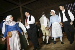 Traditionell dans. Norra Vätternbygdens Folkdanslag håller både sig själva och besökarna varma med dansuppvisning på logen.
