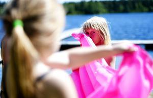 3. Sakta men säkert börjar luftmadrassen att bli användbar. Frida Larsson, 8 blåser för fullt och kompisen Kine Remlif hjälper till.