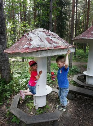 FÖR BARNEN. I slutet av Storskogen är det finurligt uttänkt att små barn ska kunna äta matsäck vid flugsvamparna. För syskonen Hedda och Ebbe Karlström hägrar i stället lekområdet Inte nudda marken.