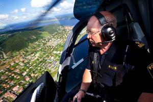 """Håkan Röstlund tillbringar mycket tid med att flyga helikopter över landets                 skogar. Ena dagen letar han försvunna bärplockare medan han andra dagen spanar efter personer som misstänks för jaktbrott. """"Vi har bland annat hittat jägare som försöker fånga örnar i saxar"""", säger han.  Foto: Håkan Luthman"""