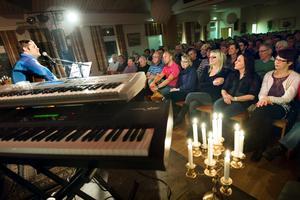 Sångaren Joakim Norsten upplevde gensvar från den stora publiken i Östansjö Folkets hus.BILD: LENNART LUNDKVIST