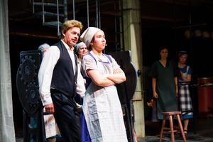 Daniela Eriksson spelar Karin, som blir fackligt aktiv för linspinnerskornas skull i föreställningen Forsablått.