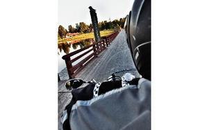 Trygg bakom Swempas rygg kan jag njuta av det förbipasserande landskapet. Här rullar vi över träbron i Gagnef.FOTO: BOEL FERM